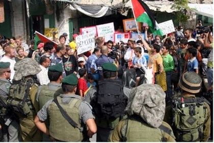 Hevron: Soldiers stand by as anarchists protest