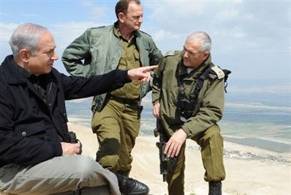 Netanyahu with IDF officers in tour of Jordan Valley