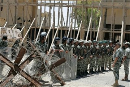 Rafiah crossing: Egyptian Troops stand guard