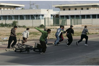 Children run for shelter in Sderot (archive)