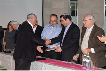 Shlomo Rahmani, AMIT technological religious center in Jerusalem principal, receiving the award