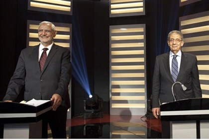 Egyptian presidential hopefuls Amr Moussa (R) and Abdel Moneim Abol Fotouh