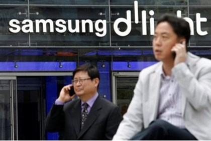 Mobile phones in front of Samsung in Seoul