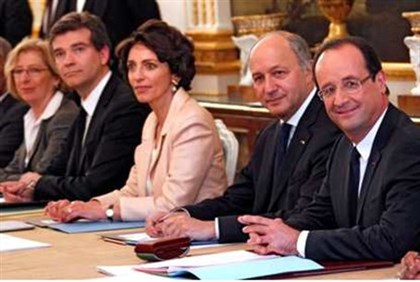 Hollande (R) seated with his newly appointed ministers