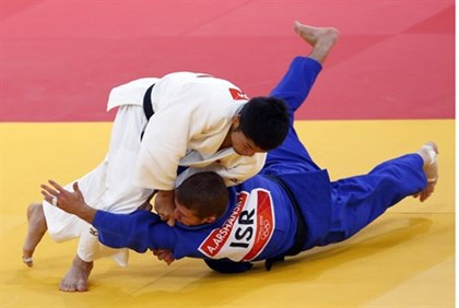 Japan's Hiroaki Hiraoka fights with Israel's Artiom Arshanski (blue) during their men's -60kg elimin