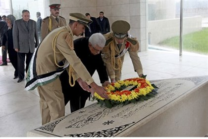 PA Chairman Mahmoud Abbas lays a wreath on grave of Yasser Arafat