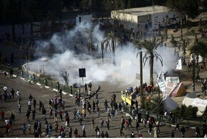 Demonstrators and police clash in Cairo's Tahrir Square