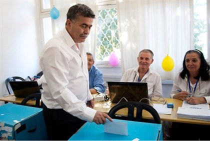 Amir Peretz Votes in Labor Primaries