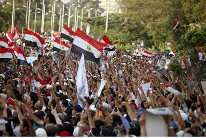 Morsi supporters gather outside a Republican Guard building in Cairo
