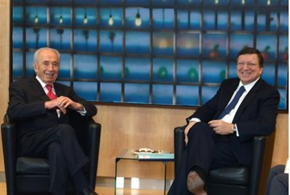 Shimon Peres speaks with President of European Comission Jose Manuel Barroso