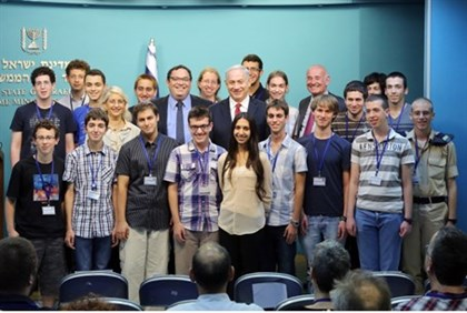 Israeli students with PM Netanyahu