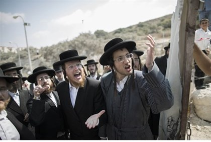 Hareidi extremists from Atra Kadisha protest in Beit Shemesh