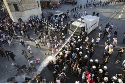 Turkish police use water cannon aainst Gezi Park protesters
