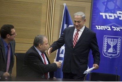 Liberman and Netanyahu shake hands after Likud meeting, 11.11.13