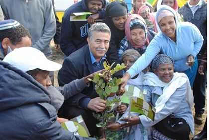Amir Peretz with Ethiopian immigrants at planting ceremony, Jan 2014