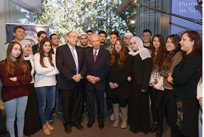 President Shimon Peres with Technion students (illustration)