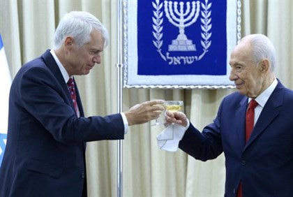 Lars Faaborg-Andersen (left) with President Shimon Peres