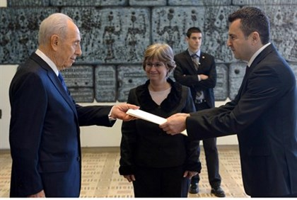 Serbian ambassador Milutin Stanojevic presents his credentials to President Shimon Peres