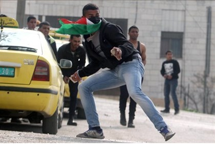 Palestinian Arab throws rocks at IDF soldiers