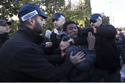 Police arrest illegal immigrant during protest outside Knesset (file)