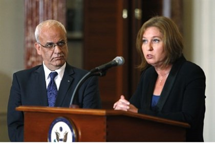 Negotiators Saeb Erekat and Tzipi Livni (archive)