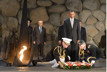 Obama laying a wreath at Yad V'shem, March 2013 (file)