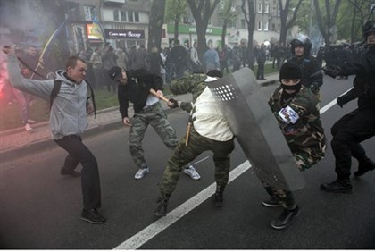 Pro-Russia and Pro-Ukraine marchers clash in Donetsk