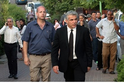 Yair Lapid meets Gilad Sha'ar's parents in Talmon