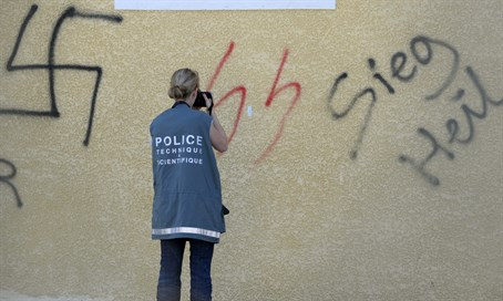 Anti-Semitic graffiti (archive)