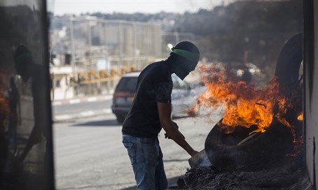 Arab rioter with Hamas headband in Shuafat
