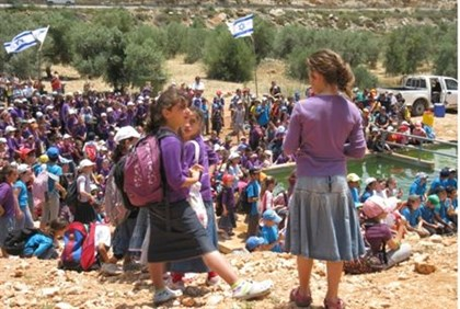 Children march through Samaria