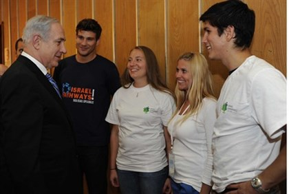 Netanyahu with Masa participants (file)