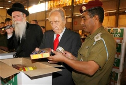 Rabbi Grossman, President Peres, soldiers and volunteers pack food for Passover