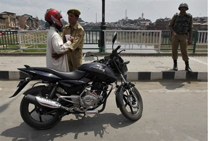 Police search in Kashmir ahead of India independence day
