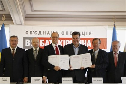 Leaders of Ukrainian opposition parties pose for picture after signing agreement to form coalition