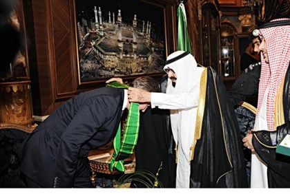 British PM Cameron bows to receive medal from King Abdullah