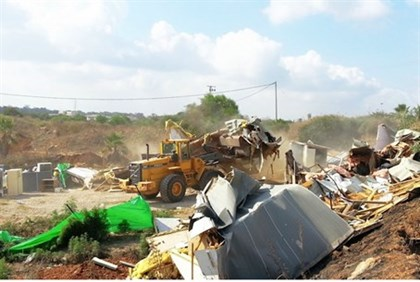 Ramat Hasharon officials remove the illegal Bedouin encampment