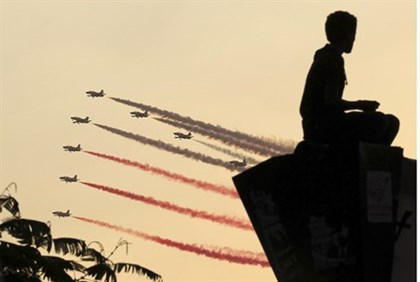 Egyptian airforce jets over Tahrir Square