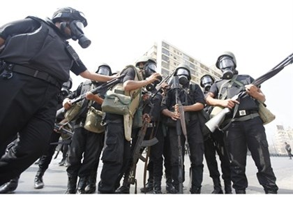 Egyptian riot police prepare to crack down on pro-Morsi demonstrators