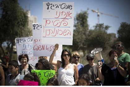 Residents of S. Tel Aviv protest against illegal infiltrator court ruling