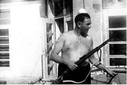 Amon Goeth prepares to shoot inmates at Plaszow concentration camp