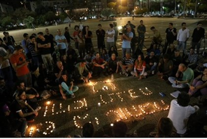 Impromptu memorial for Arik Einstein in Rabin Square