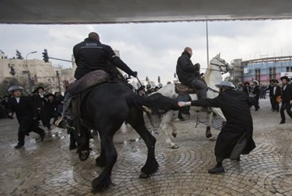 Hareidi protesters clash with mounted police in Jerusalem