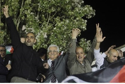 Mahmoud Abbas lauds Issa Abed Rabbo (2nd R) as a 'hero'
