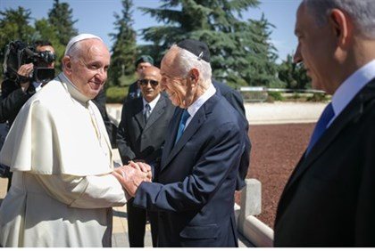 Peres greets Pope Francis as Netanyahu looks on