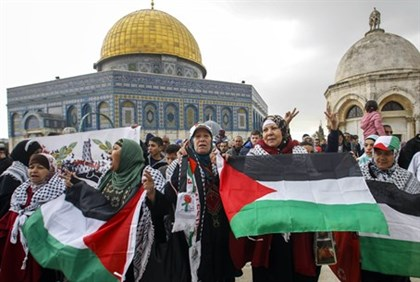 Arab protesters on Temple Mount (file)