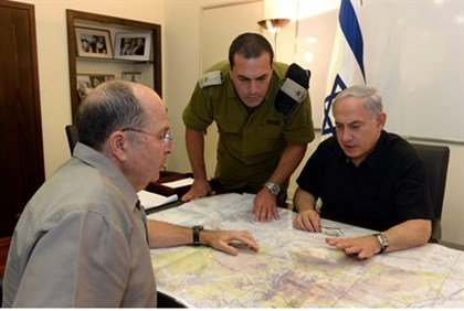 Netanyahu meets with Defense Minister Yaalon (L) over search for abducted teens