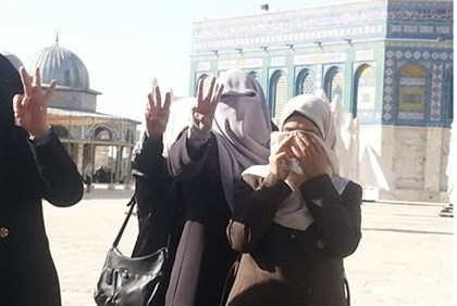 Muslim women give 3 fingers gesture mocking the kidnap of Israeli teens