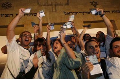 Olim receive their Israeli ID cards