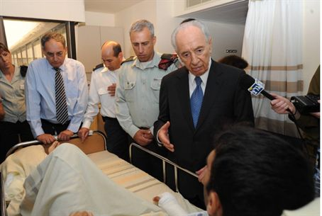 Peres visits wounded soldier